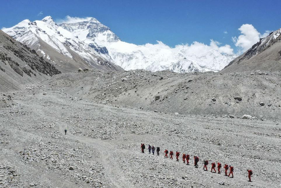 """""""จีน"""" เปิดภูเขาเอเวอเรสต์ฝั่งเหนือให้ 38 นักปีนเขาที่ฉีดวัคซีนเข้าแต่ยังเข้มเว้นระยะห่างทางสังคม"""