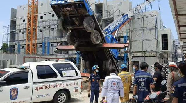 เครนเสียหลักเหวี่ยงแผ่นปูนชนนั่งร้านคนพม่าร่วงพื้นดับ