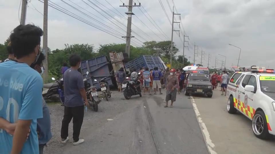 สลด! จักรยานยนต์  ตัดหน้ารถพวงบรรทุกเศษเหล็ก หักหลบทับศาลาผู้โดยสาร ตาย 1 เจ็บ 3
