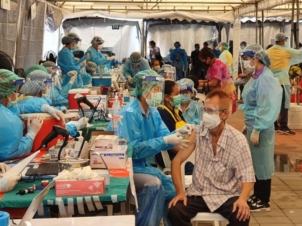 กทม. ตรวจคัดกรองเชิงรุกชุมชนคลองเตยแล้ว  8,022 ราย ฉีดวัคซีนแล้ว 5,006 ราย มีเตียงยังว่าง 938 เตียง
