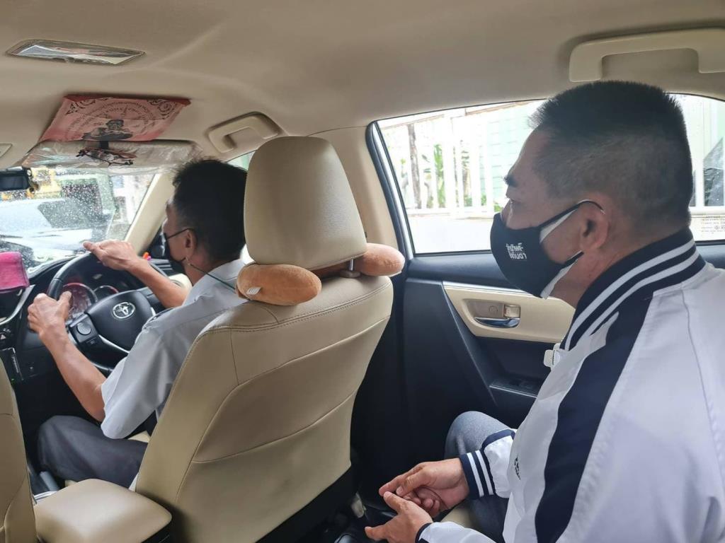 """""""บิ๊กแป๊ะ"""" คุยกับแท็กซี่รับฟังปัญหา พบยุคนี้ขับไม่พอเติมแก๊ส ผ่อนรถเป็นหมื่น จ่ายไม่ไหวดอกก็เพิ่ม"""