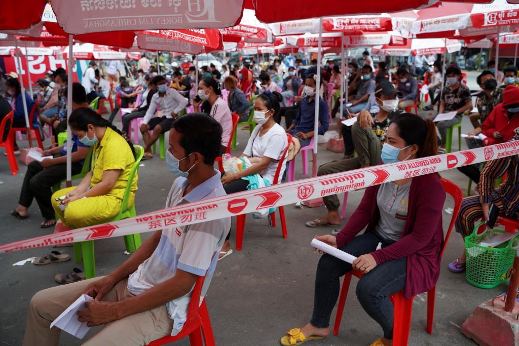 ชาวกัมพูชารอเข้ารับการตรวจโควิด-19 ในกรุงพนมเปญ ซึ่งถูกประกาศให้เป็นพื้นที่สีแดงที่มีการแพร่ระบาดสูง เมื่อวันที่ 30 เม.ย.