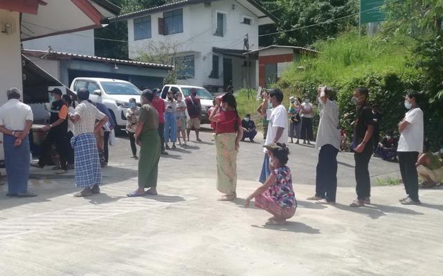 ทีมสอบสวนโรครพ.ทองผาภูมิ ลงพื้นที่บ้านอีต่อง ตรวจหาเชื้อโควิดยกหมู่บ้าน