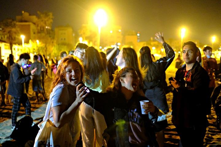 ผงะ!ผู้คนแห่ฉลองบนถนน-จัดปาร์ตีทันที หลังสเปนยกเลิกภาวะฉุกเฉินและเคอร์ฟิวสกัดโควิด(ชมคลิป)