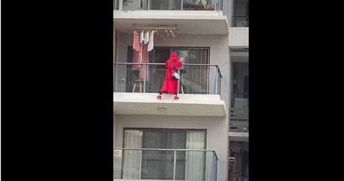 นาทีช็อก!หญิงสาวปีนถ่ายคลิปเต้นนอกระเบียง ตกตึกชั้น25ดับสยองและเป็นปริศนา(ชมวิดีโอ)