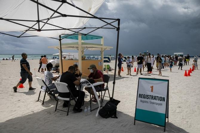 ต่อแถวยาวหาดไมอามี ชาวละตินแห่บินฉีดฟรีวัคซีนโควิด-19ในรัฐฟลอริดา