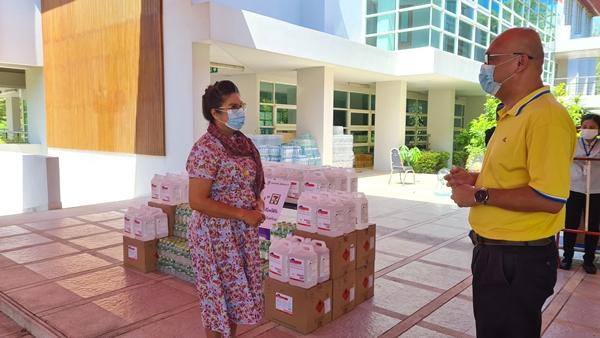 เซเว่น อีเลฟเว่น  ส่งมอบแอลกอฮอล์ และน้ำดื่มให้โรงพยาบาลสนามฯหัวหิน