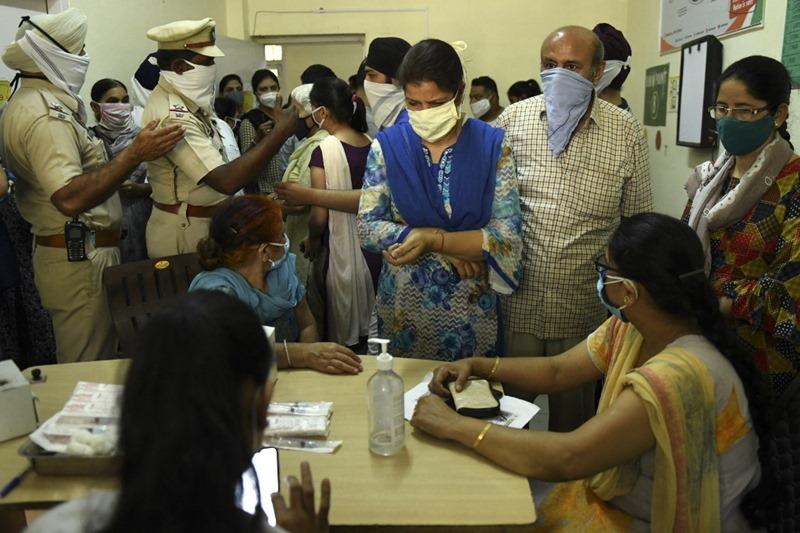 'อังกฤษ'เดินหน้าปลดล็อกมาตรการสกัดไวรัส  ขณะ'อินเดีย'ยังน่าเป็นห่วง ด้านพันธมิตร'ไฟเซอร์'สร้างรง.วัคซีนในสิงคโปร์