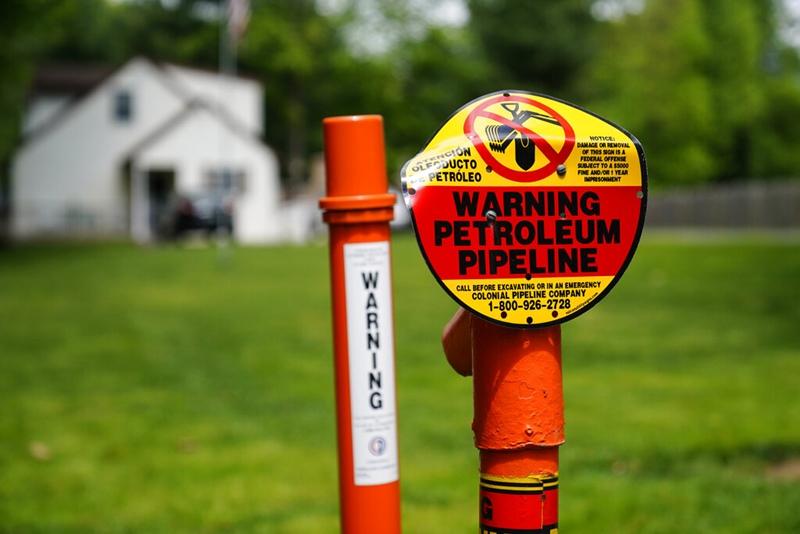 ป้ายเตือนซึ่งติดตั้งอยู่ตามแนวเส้นทางของสายท่อส่งน้ำมันของบริษัทโคโลเนียล ไปป์ไลน์ ช่วงที่ผ่านเมืองการ์เนตแวลลีย์ รัฐเพนซิลเวเนีย (ภาพถ่ายวันจันทร์ 10 พ.ค.)