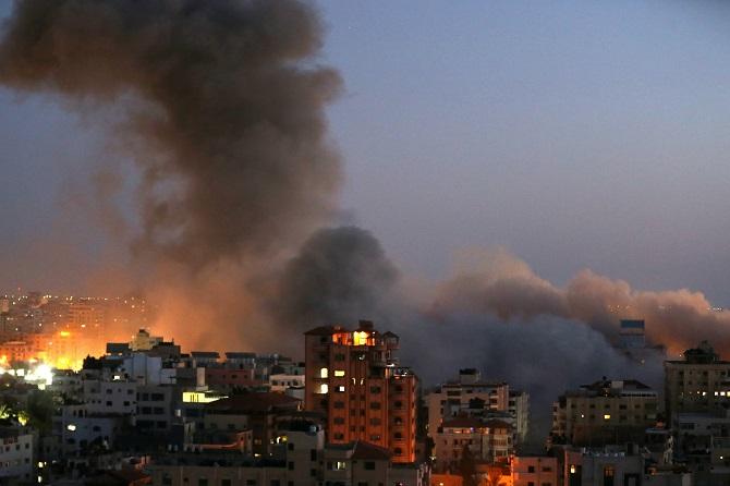 กลุ่มควันลอยพวงพุ่งเหนือฉนวนกาซา หลังถูกปฏิบัติการทางอากาศของอิสราเอลโจมตีถล่มอย่างหนักหน่วงเมื่อวันอังคาร (11 พ.ค.)