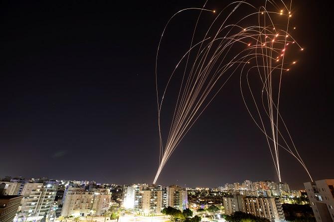 ลำแสงหางระบบต่อต้านขีปนาวุธ  Iron Dome ของอิสราเอล พุ่งเข้าสกัดกกั้นจรวดที่ถูกยิงออกมาจากฉนวนกาซา มุ่งหน้าเข้าหาอิสราเอล