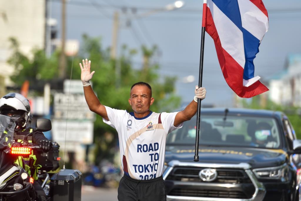 """""""วิชัย ราชานนท์"""" อดีตนักชกฮีโร่โอลิมปิก ร่วมวิ่งธงชาติไทย พร้อมส่งกำลังใจให้รุ่นน้อง"""