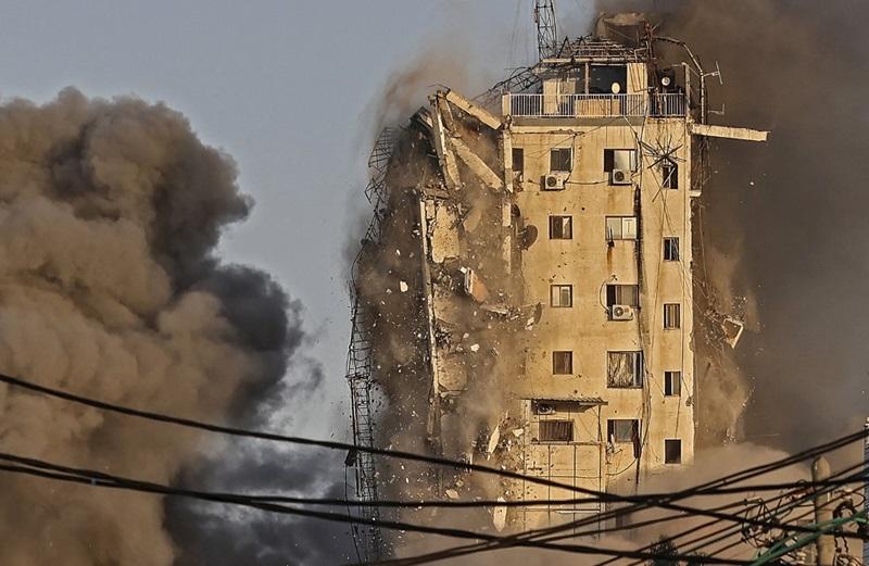 ควันโขมงลอยขึ้นมาจากอาคารสูง อัล-ชารูค ซึ่งถูกอิสราเอลถล่มโจมตีทางอากาศ ในเมืองกาซาซิตี้ วันพุธ (12 พ.ค.)