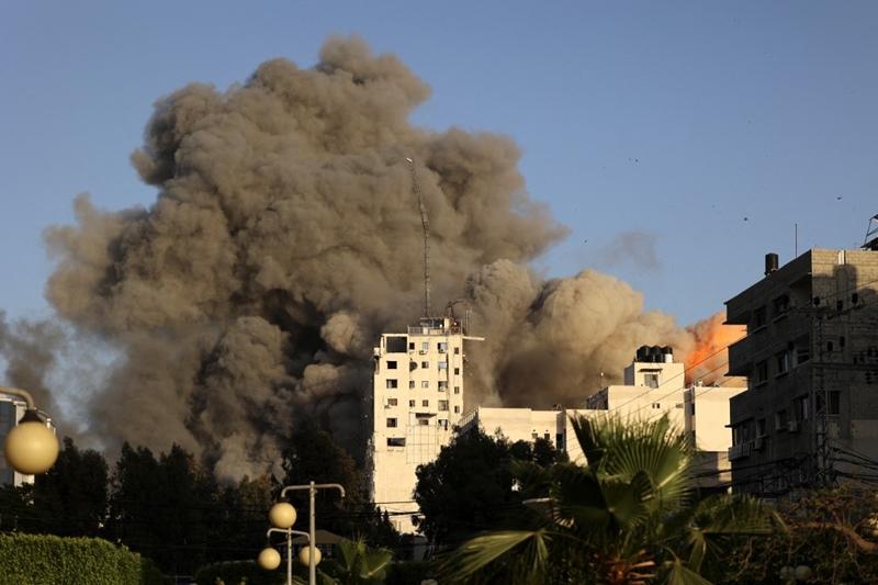 ภาพอีกมุมหนึ่งขณะอาคารสูง อัล-ชารูค ในเมืองกาซาซิตี้ ถูกอิสราเอลถล่มโจมตีทางอากาศ ในเมืองกาซาซิตี้ วันพุธ (12 พ.ค.)
