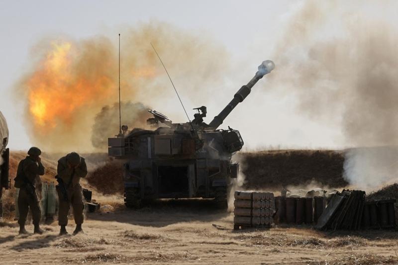 ทหารอิสราเอลยิงปืนใหญ่ขนาด 155 ม.ม. เข้าใส่เป้าหมายต่างๆ ในฉนวนกาซา จากที่มั่นของพวกเขาใกล้ๆ เมืองสเดร็อต ทางภาคใต้ของอิสราเอล เมื่อวันพุธ (12 พ.ค.)