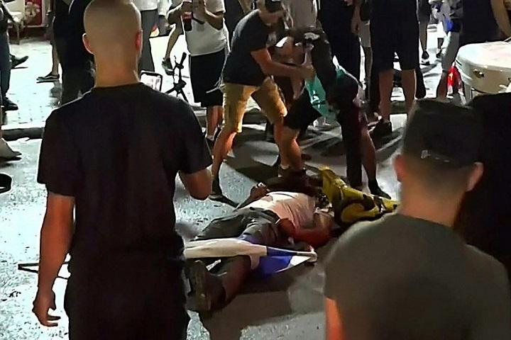 ภาพช็อก!ม็อบอิสราเอลคลั่งลากคนอาหรับลงจากรถ รุมกระทืบออกอากาศสดทางโทรทัศน์(ชมคลิป)