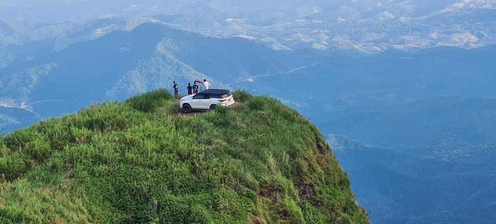 """นักท่องเที่ยวพิเรนทร์! ขับรถยนต์ขึ้นไปจอดชมวิวบน """"ผาหัวสิงห์"""" หวั่นเกิดอันตราย"""