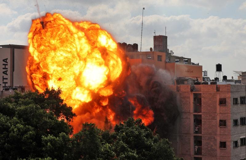 ภาพถ่ายในวันพฤหัสบดี (13 พ.ค.) ขณะลูกไฟมหึมากำลังกลืนกินอาคารอัล-วาลิด ในนครกาซาซิตี้ ภายหลังถูกอิสราเอลถล่มโจมตีทางอากาศในตอนเช้าวันเดียวกัน