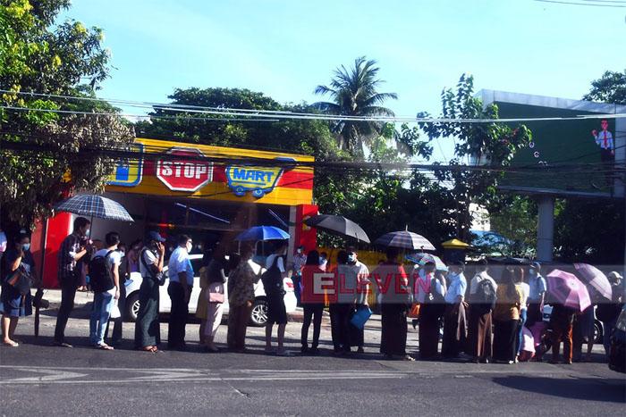 ไม่เกี่ยว #ย้ายประเทศกันเถอะ ชาวพม่านับพันรอคิวแต่ตี 5 ต่ออายุพาสปอร์ต เหตุเพิ่งเปิดให้บริการ
