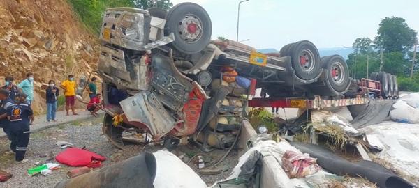 พ่วง 22 ล้อเบรกแตกพลิกคว่ำบริเวณศาลเจ้าพ่อโทน ปราจีนบุรี ทำดับ 1 รายรถติดยาว 10 กม.