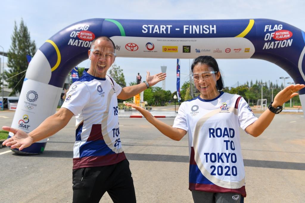 """""""อุดมพร-สมจิตร"""" ร่วมวิ่งธงชาติไทย ณ เมืองย่าโม รวมผ่าน 49 วัน วิ่งแล้ว 3,772 กม."""