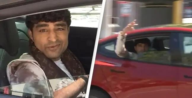 """ก็คนมันรวย! หนุ่มถอย """"เทสลาไร้คนขับคันใหม้"""" มานั่งเบาะหลังโชว์ หลังเพิ่งถูกยึดรถเพราะทำแบบเดียวกัน"""