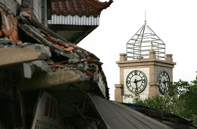 ภาพหอนาฬิกาที่จัตุรัสตำบลวั่นเจิ้น เมืองเต๋อหยัง มณฑลเสฉวน โดยเข็มนาฬิกาถูกตั้งไว้ ณ เวลา 14.28 น. ตลอดกาลซึ่งเป็นนาทีที่แผ่นดินเริ่มไหว ในวันที่ 12 พ.ค.2008
