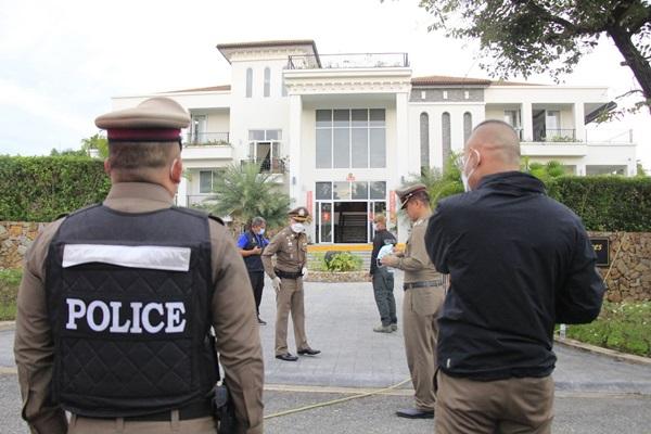 เกิดเหตุชาวต่างชาติใน จ.ชลบุรีใช้อาวุธปืนกระหน่ำยิง ตร.ขณะนำหมายศาลเข้าค้นบ้านหรูทำเจ็บสาหัส 2 ราย