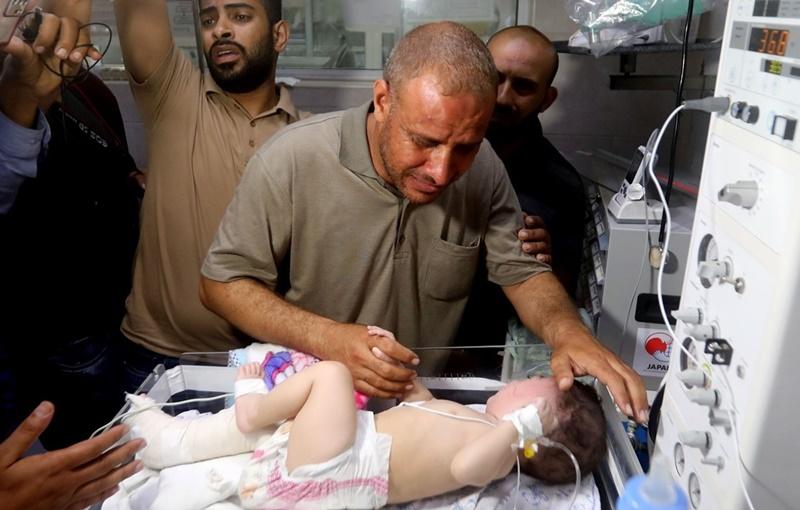 """""""พ่อไม่เหลือใครแล้ว นอกจากเจ้า"""" คุณพ่อปาเลสไตน์ปลอบทารกน้อย หลังการโจมตีของอิสราเอลฆ่าภรรยาและลูกสี่คน"""