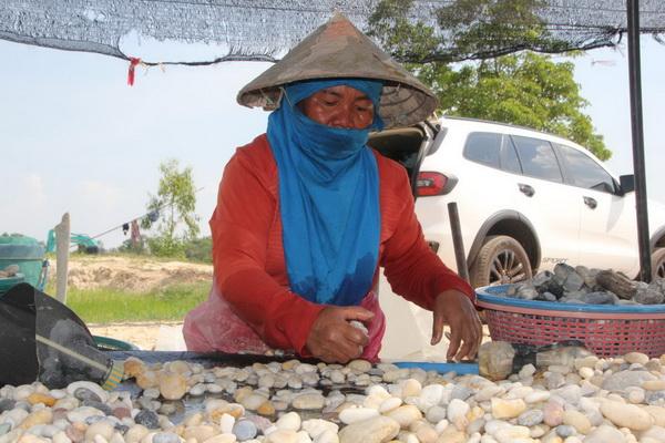ชาวบ้านโพนสวรรค์ หมู่ 18 ต.คำเตย อ.เมืองนครพนม ยึดอาชีพคัดหินสวย เพื่อนำไปประดับสวน บรรจุถุงส่งขายทั่วประเทศ