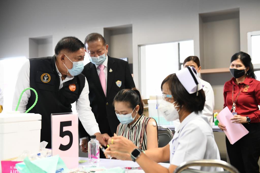 ผู้ว่าฯ อัศวิน ตรวจสถานที่ฉีดวัคซีนนอกรพ. วิทยาลัยเทคโนโลยีไทยบริหารธุรกิจ และดิ เอ็มโพเรียม