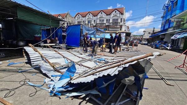 พังยับ! ตลาดเช้าสัตหีบหลังถูกพายุฝนลมแรงพัดถล่มโชคดีได้ทหารเรือช่วยเคลียร์พื้นที่