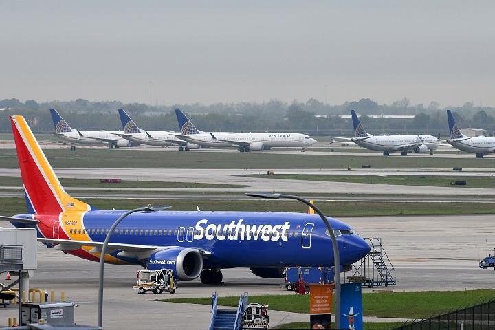 อึ้ง!นักบินสายการบินสหรัฐฯหื่นจัดดูหนังโป๊บนเครื่อง โชว์อวัยวะเพศต่อหน้าผู้ช่วยสาว