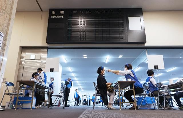 """ญี่ปุ่นฉีดวัคซีน """"ไฟเซอร์"""" ตาย 85 ราย รัฐบาลยืนยันลุยต่อ"""