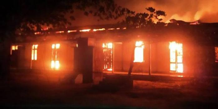 อาคารเรียนของโรงเรียนมัธยมต้น ในเมืองเมะทิลา ภาคมัณฑะเลย์ ถูกไฟไหม้วอดทั้งหลัง เมื่อตอน 03.00 น. (ภาพจากสำนักข่าว DVB)