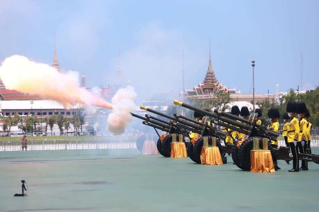 เหล่าทัพ ยิงสลุตหลวง 21 นัด เฉลิมพระชนมพรรษา สมเด็จพระบรมราชินี