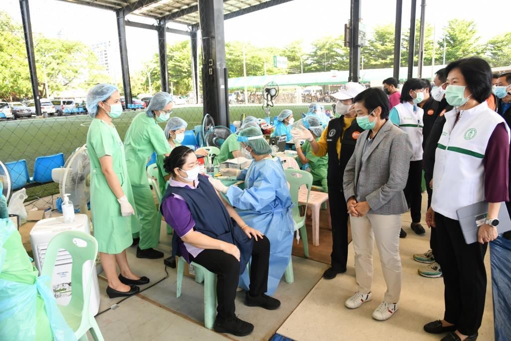 กทม. ตรวจเยี่ยมหน่วยบริการฉีดวัคซีนโควิด-19 ชุมชนกลุ่มเสี่ยงย่านปทุมวัน