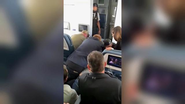 ระทึกกลางเวหา!ผู้โดยสารสายการบินสหรัฐฯพยายามบุกห้องนักบิน ต้องช่วยกันตะครุบตัว(ชมคลิป)