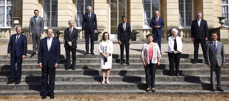 บรรดารัฐมนตรีคลังของกลุ่ม จี7 ซึ่งประกอบด้วย สหรัฐฯ, ญี่ปุ่น, แคนาดา, เยอรมนี, ฝรั่งเศส, สหราชอาณาจักร, และอิตาลี  พร้อมด้วยผู้เข้าร่วมประชุมคนอื่นๆ ได้แก่ ผู้แทนของสหภาพยุโรป, ธนาคารโลก, ไอเอ็มเอฟ, และโออีซีดี ถ่ายภาพหมู่เป็นที่ระลึก บริเวณด้านหน้าของคฤหาสน์ แลงแคสเตอร์ เฮาส์ ในกรุงลอนดอน ซึ่งเป็นสถานที่ประชุม เมื่อวันเสาร์ (5 มิ.ย.)