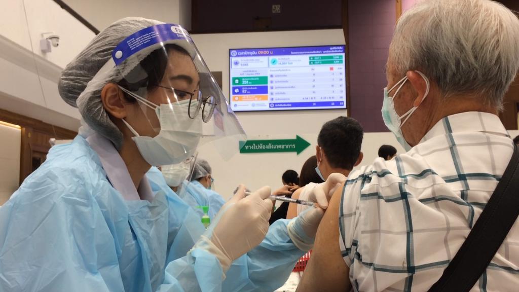 ฉลุย! เชียงใหม่ Kick Off ฉีดวัคซีนโควิด-19-รพ.มหาราชฯ คนเข้าคิวคึกคักภาพรวมราบรื่น