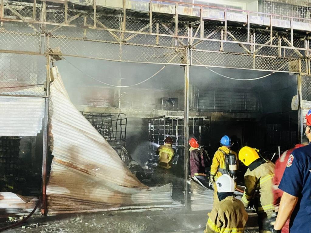ไฟไหม้โกดังเก็บอุปกรณ์เสริมสวยตลาดรังสิตวอด 50 ล้านบาท