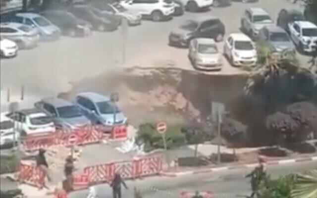 ระทึก!เกิดหลุมยุบยักษ์ลานจอดโรงพยาบาลอิสราเอล กลืนรถยนต์หลายคัน(ชมคลืป)