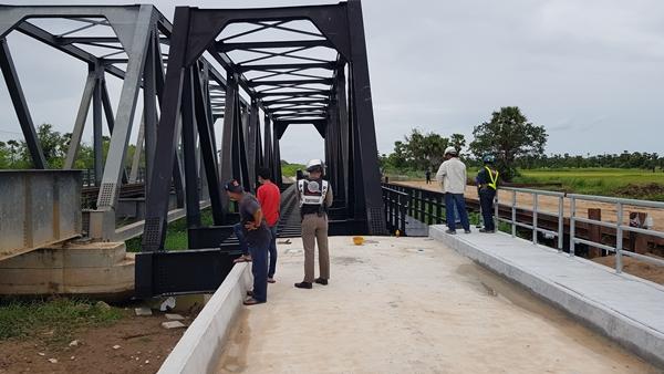 สลด!  สะพานข้ามทางรถไฟล้มทับคนงานดับสยองคาที่