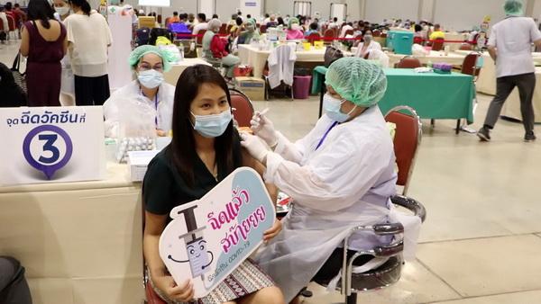 4 วัน รพ.ขอนแก่นฉีดวัคซีนทะลุ 4,500 ราย  ทุกคนปลอดภัยไม่มีผลข้างเคียงรุนแรง
