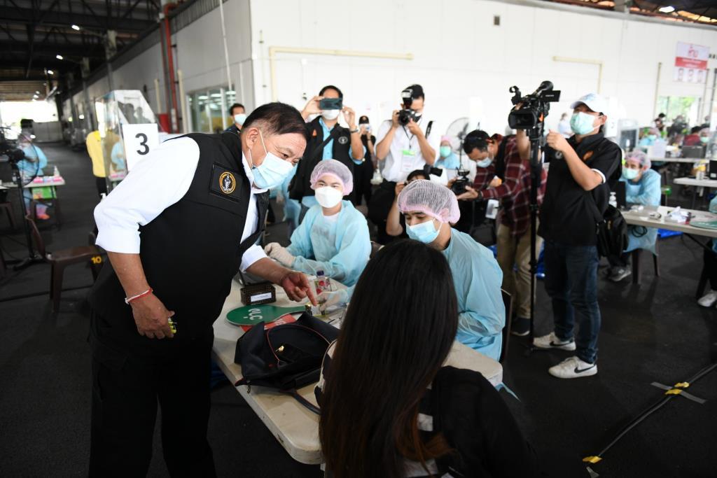 ผู้ว่าฯ กทม. ตรวจเยี่ยมจุดบริการฉีดวัคซีนนอกรพ.ที่ SCG บางซื่อ-ศูนย์การค้า The Street รัชดา