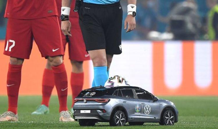 """(คลิป) สุดเฉียบ """"ยูโร 2020"""" ใช้รถบังคับส่งบอลเข้าสนาม"""