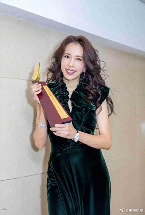 """ชาวเน็ตจีนคนหนึ่งวิจารณ์กรณีที่นักร้องดังมากรางวัล 'คาเรน ม็อก' สวมแบรนด์ D&G ว่า """"คนดังที่ไม่มีความรู้สึกทางการเมืองขั้นพื้นฐานควรออกไปจากจีนแผ่นดินใหญ่"""""""