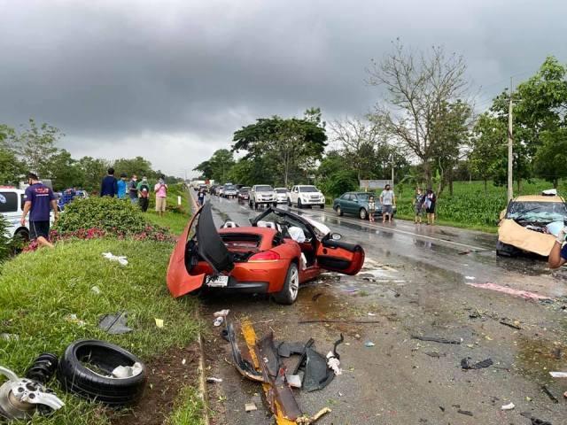สลด!หนุ่มใหญ่ซิ่ง BMW สปอร์ตฝ่าฝนกลับจากเขาค้อ พุ่งข้ามเกาะกลางชนเก๋ง ดับ 3 ศพเจ็บ 1