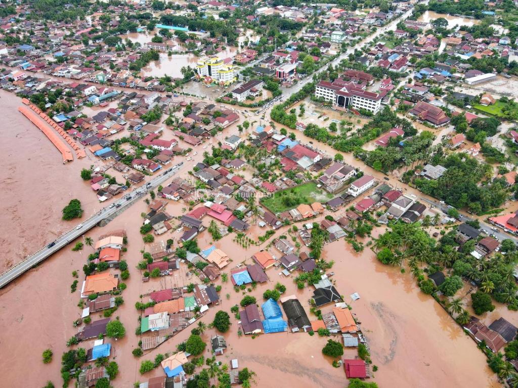 """ลาวสาหัส! น้ำป่าถล่มบ้านเรือนประชาชนเสียหายหลายหลังในเมืองผาอุดม ด้าน """"ไชยบุรี"""" คาดน้ำลงวันนี้"""