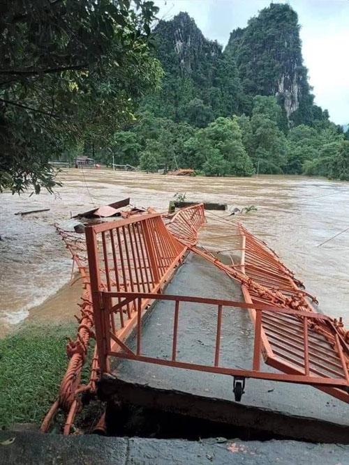 ขัวส้ม แลนด์มาร์กสำคัญของวังเวียง ถูกน้ำซองซัดจนขาดสะบั้น (ภาพจาก Lao Youth Radio FM 90.0 Mhz)